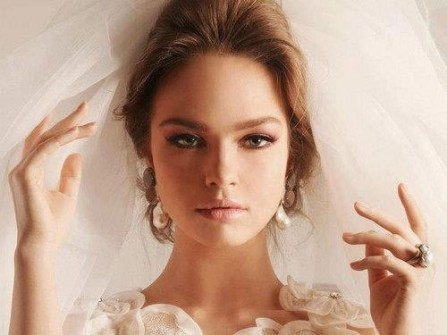Cô dâu xinh đẹp, trẻ trung với tông màu nude