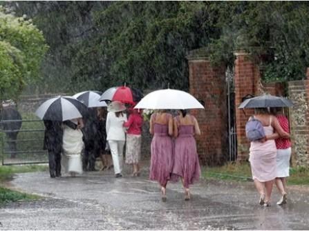 Tổ chức đám cưới ngày mưa