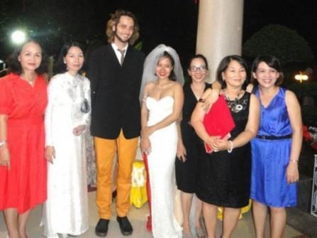 Đám cưới của Mai Khôi trên quê hương
