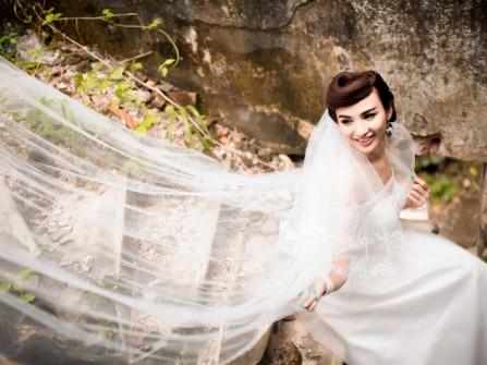 Phối hợp tóc cưới và áo cưới như HH Ngọc Diễm