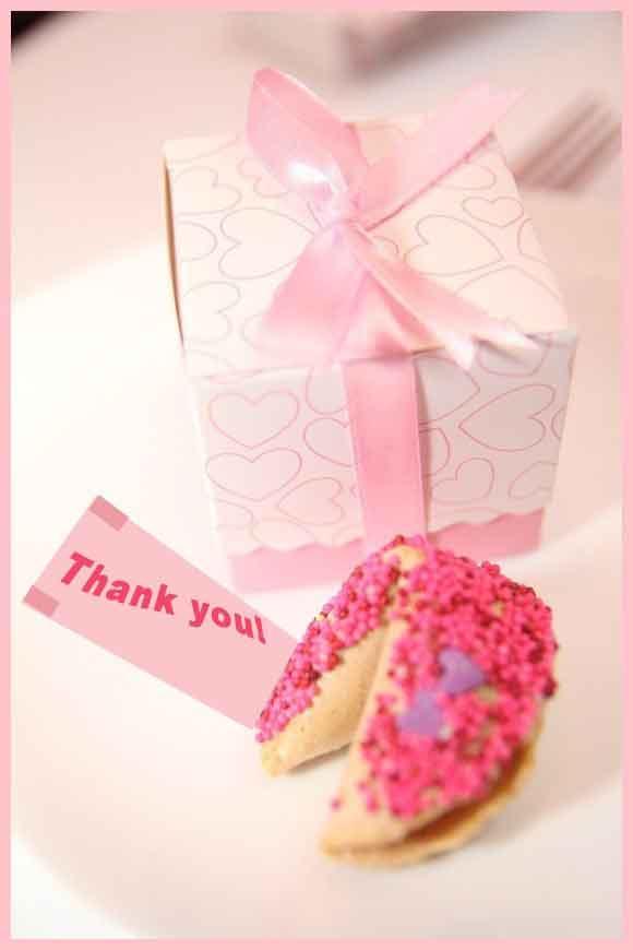 Bánh may mắn màu hồng tặng khách mời đám cưới
