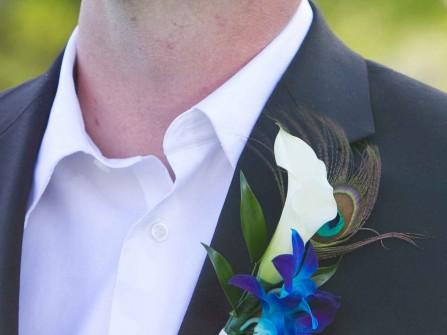 Hoa cài áo chú rể làm từ hoa loa kèn và hoa lan