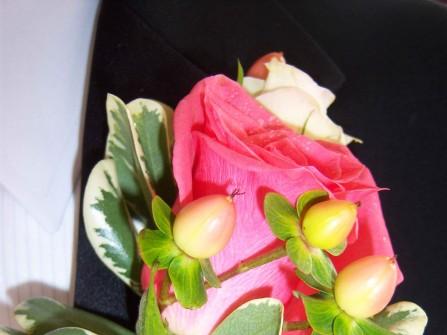 Hoa cài áo chú rể kết hợp giữa các loại hoa hồng lãng mạn