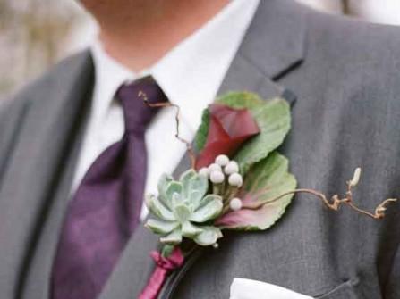 Hoa cài áo chú rể kết hợp hoa sen đá và hoa rum