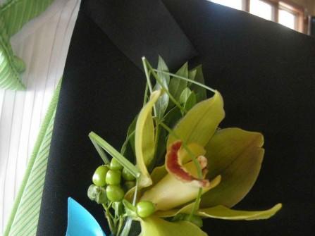 Hoa cài áo chú rể làm từ hoa địa lan xanh