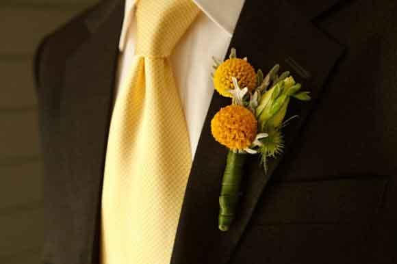 Hoa cài áo chú rể kết từ hoa cúc pingpong