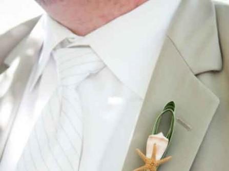 Hoa cài áo chú rể theo phong cách đám cưới biển