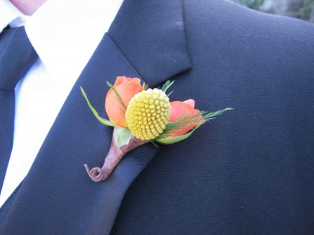 Hoa cài áo chú rể kết từ hoa cúc pingpong và hoa hồng cam