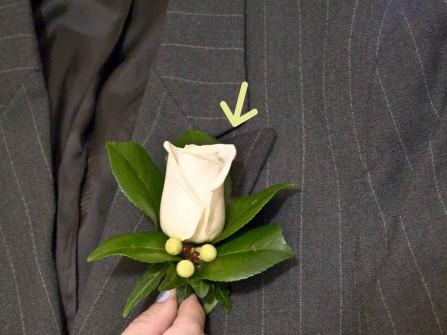 Hoa cài áo chú rể được kết từ hoa hồng trắng tinh khiết