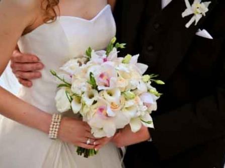 Hoa cưới cầm tay kết từ hoa lan và hoa loa kèn