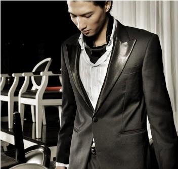 Vest cưới đen với cổ áo chất liệu da