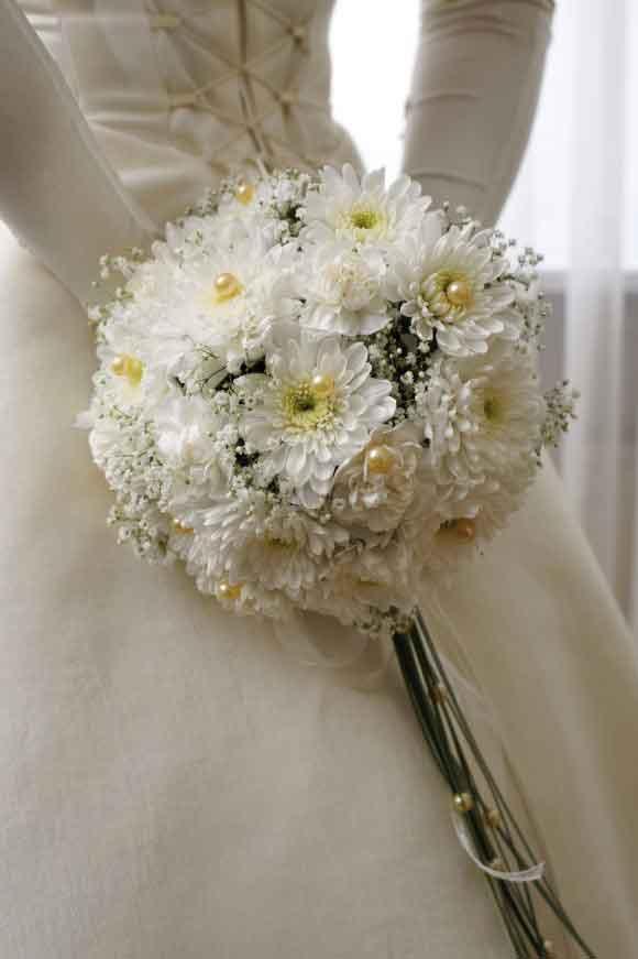 Hoa cưới cầm tay kết từ hoa cúc trắng, hoa baby và ngọc trai