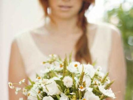 Hoa cưới cầm tay kết từ hoa cỏ đồng nội phong cách vintage