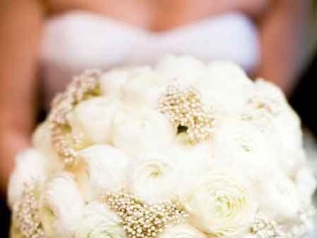 Hoa cưới cầm tay kết từ hoa mao lương trắng