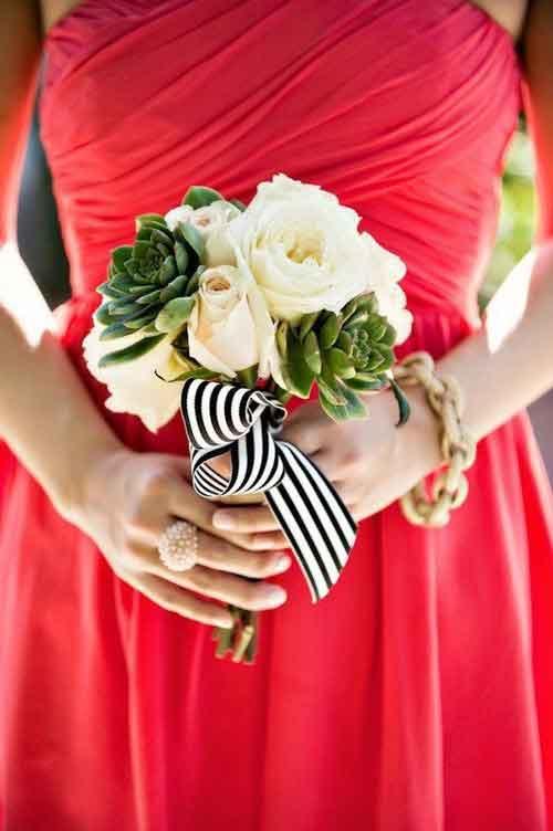 Hoa cưới cầm tay kết từ hoa hồng, hoa mao lương và hoa sen đá