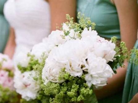 Hoa cưới cầm tay được kết từ hoa mẫu đơn trắng