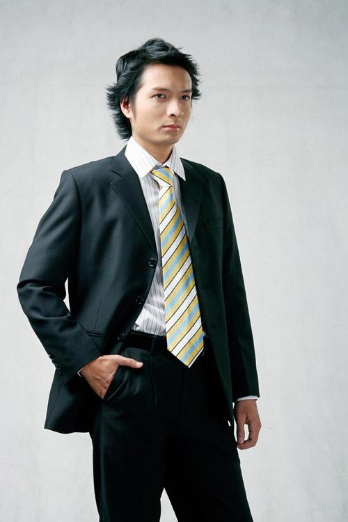Vest cưới đen với phom rộng