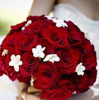 Hoa cưới cầm tay cho cô dâu kết từ hoa hồng nhung