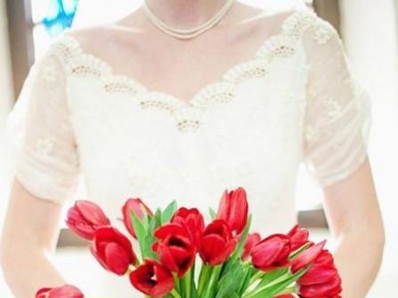 Hoa cưới cầm tay đơn giản với những cành tulip đỏ