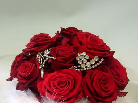 Hoa cưới cầm tay màu đỏ được kết từ hoa hồng và lông vũ