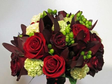Hoa cưới cầm tay cầu kỳ với hoa chuỗi ngọc và hoa hồng đỏ