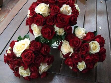 Hoa cưới cầm tay kết từ hoa hồng trắng và hoa hồng đỏ
