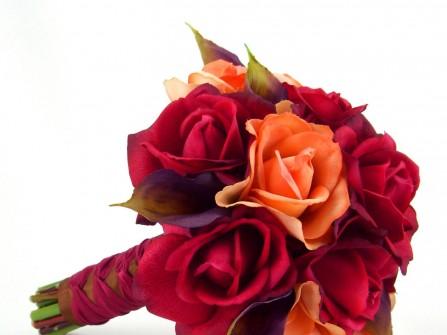 Hoa cưới cầm tay kết từ hoa hồng cam, hồng đỏ và hoa rum tím