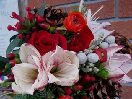 Hoa cưới cầm tay màu đỏ phong cách mùa đông