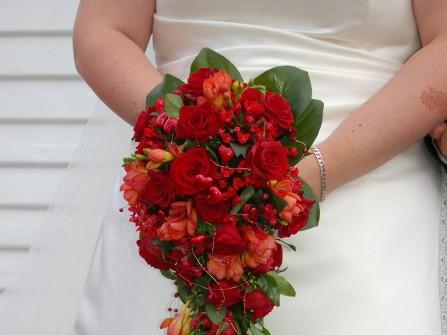 Hoa cưới cầm tay dạng bó dài kết từ hoa hồng