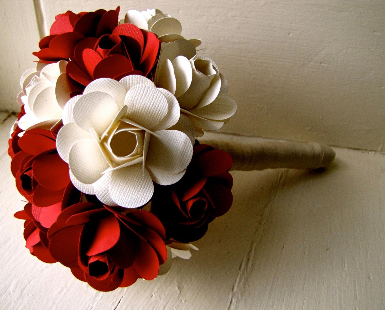 Hoa cưới cầm tay màu đỏ kết từ những bông hoa giấy
