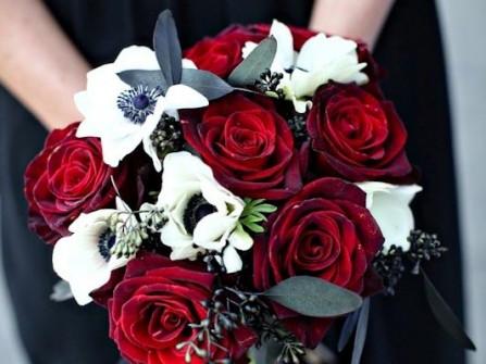 Hoa cưới cầm tay kết từ hoa hồng đỏ và hoa cát tường trắng