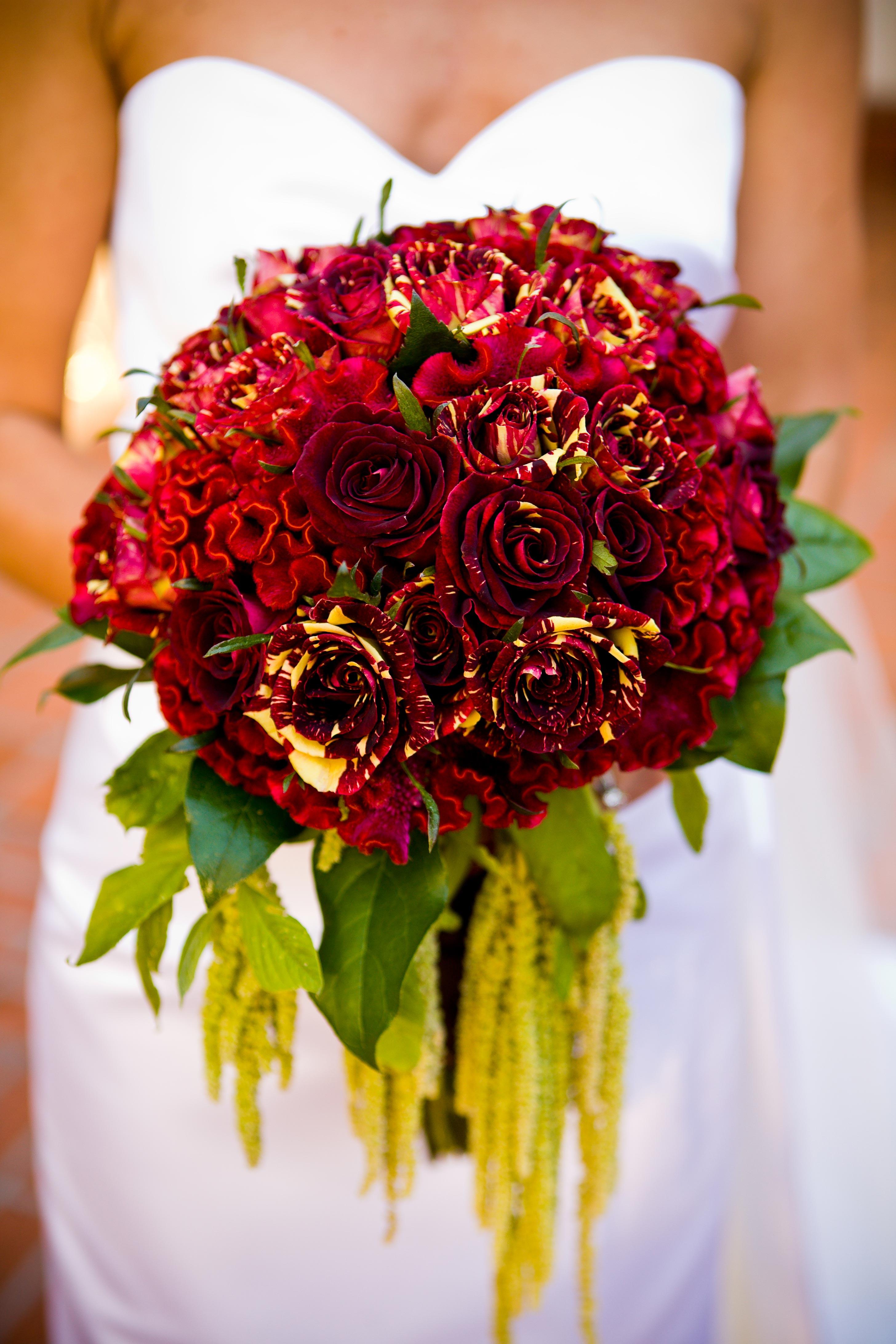 Hoa cưới cầm tay kết từ hoa hồng và hoa mào gà