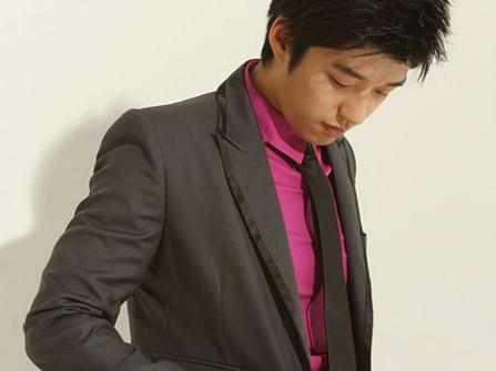 Vest cưới đen nhạt kết hợp cùng áo sơ mi hồng sậm