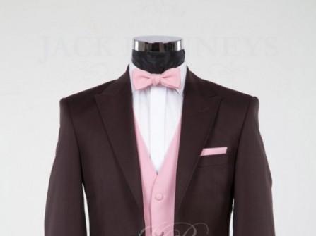 Vest cưới đen kết hợp với áo chẽn hồng