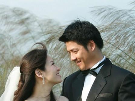 Vest cưới đen với túi ngực kết hợp nơ đeo cổ