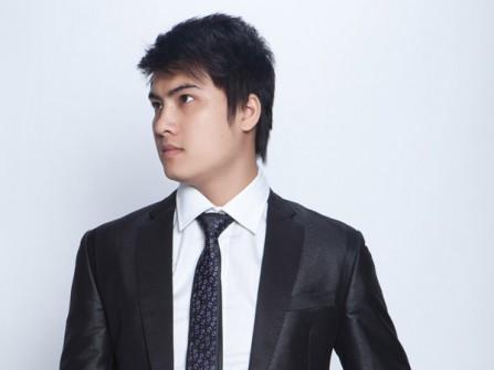 Vest cưới đen đơn giản với chất liệu bóng