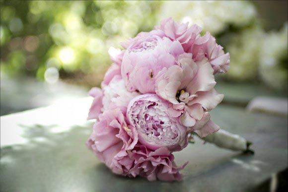 Hoa cưới cầm tay màu hồng kết từ hoa cát tường
