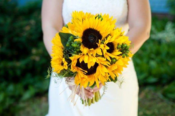 Hoa cưới cầm tay màu vàng kết từ hoa hướng dương