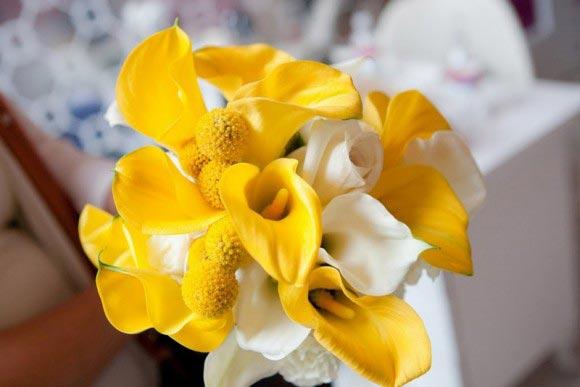 Hoa cưới cầm tay màu vàng kết từ hoa loa kèn trắng