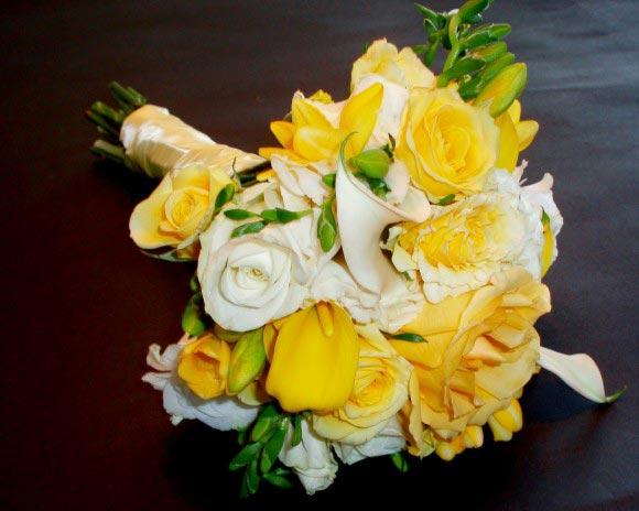 Hoa cưới cầm tay màu vàng kết từ hoa nghệ tây