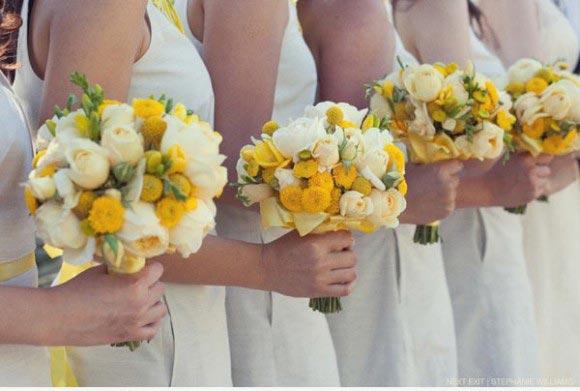 Hoa cưới cầm tay màu vàng kết từ hoa mẫu đơn