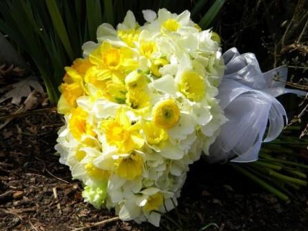 Hoa cưới cầm tay màu vàng kết từ hoa thủy tiên