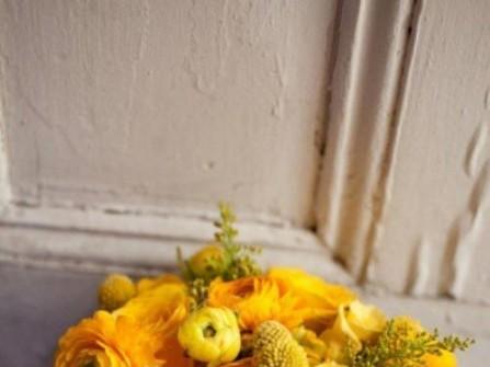 Hoa cưới cầm tay màu vàng kết với cúc hoàng anh