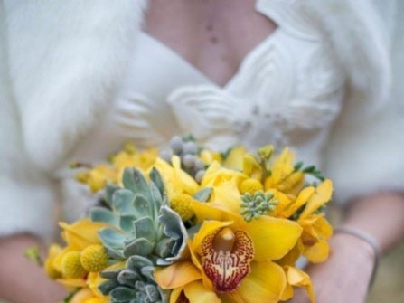 Hoa cưới cầm tay màu vàng kết hợp với hoa sen đá
