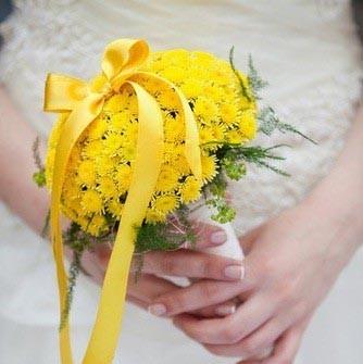 Hoa cưới cầm tay màu vàng kết từ hoa cúc