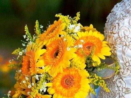 Hoa cưới cầm tay màu vàng kết từ hoa baby
