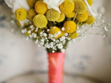Hoa cưới cầm tay màu vàng kết từ hoa cúc pingpong