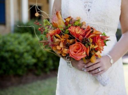 Hoa cưới cầm tay màu cam kết từ hoa lan Nhật