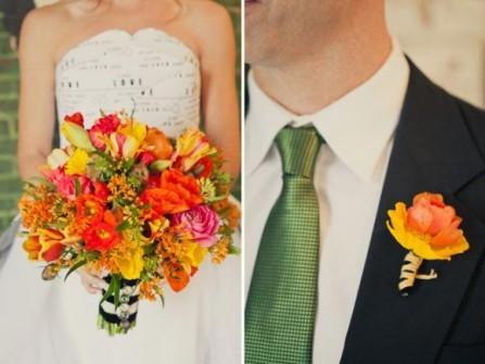 Hoa cưới cầm tay màu cam kết từ nhiều loại hoa khác nhau