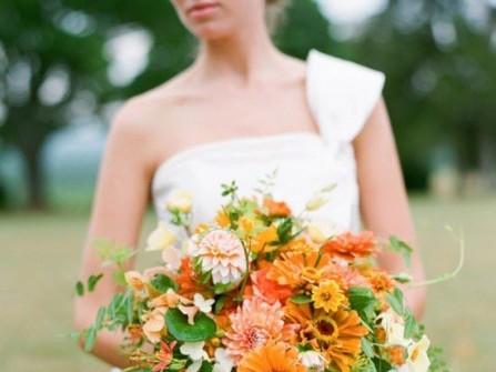 Hoa cưới cầm tay màu cam với phong cách phóng khoáng